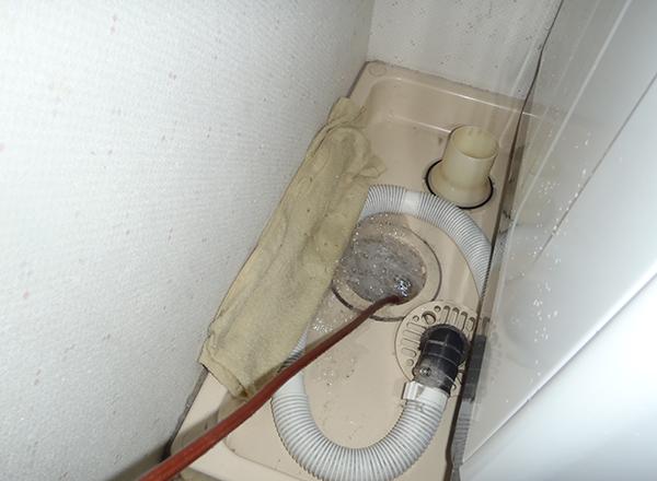 洗濯場排水管清掃中